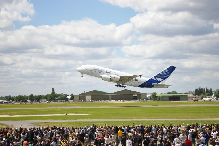 A380_-_Paris_Air_Show_2011_-_Take_off