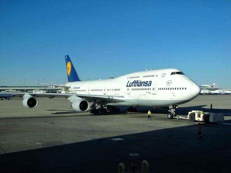 lufthansa_boeing_747-400_d-abvu_at_denver_international_airport_1