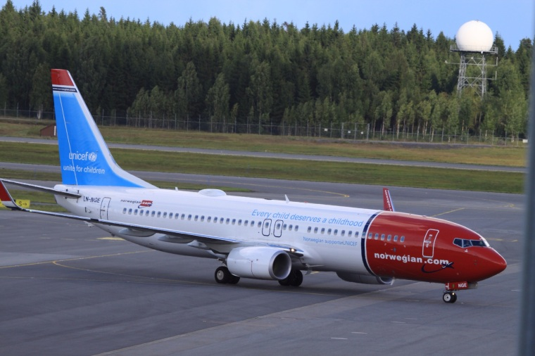 ln-nge_boeing_b-737wl_norwegian_in_unicef_colours_9530582751