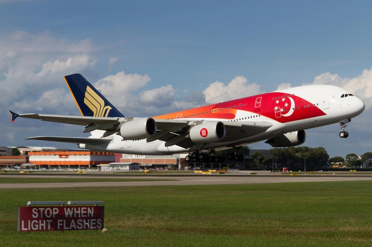 Singapore_Airlines_Airbus_A380_in_SG50_livery_(2)