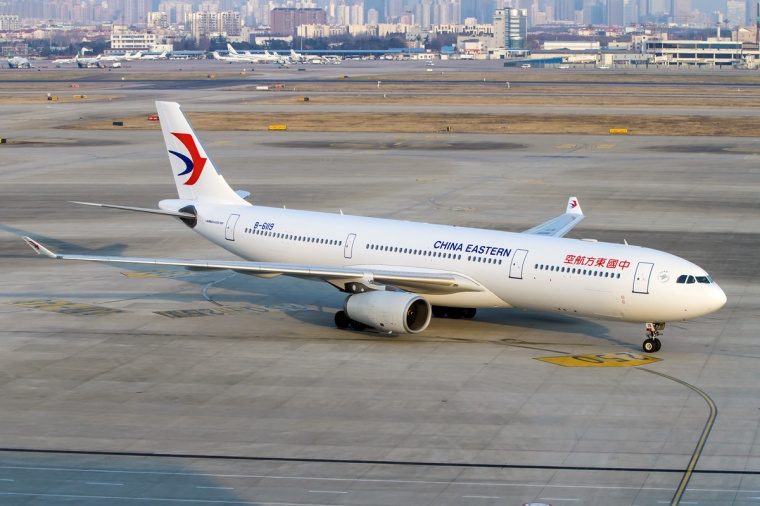 First_Airbus_A330-300_in_the_new_China_Eastern_Airlines_livery