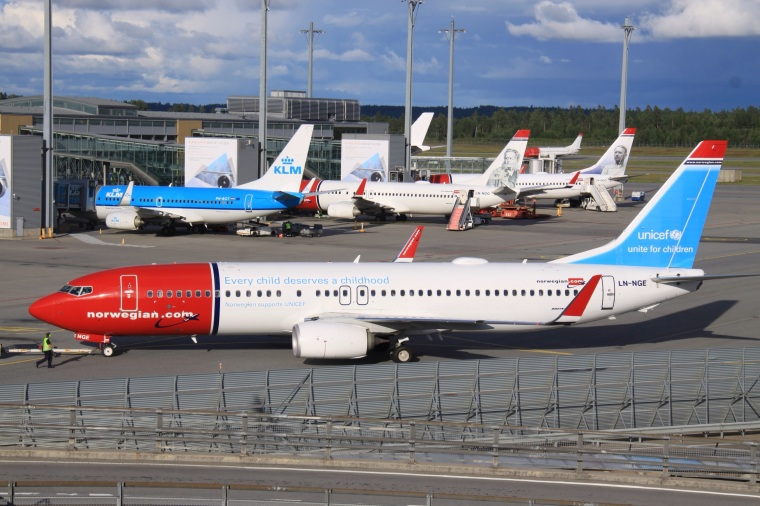 LN-NGE_Boeing_B.737WL_Norwegian_In_UNICEF_Colours_(9530601347)