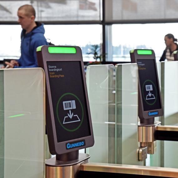 Automatiska inpasseringsgrindar vid säkerhetskontrollerna införs nu på Swedavias flygplatser. Foto Swedavia.